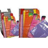 Distribuidor de sacolas plásticas coloridas no Jabaquara